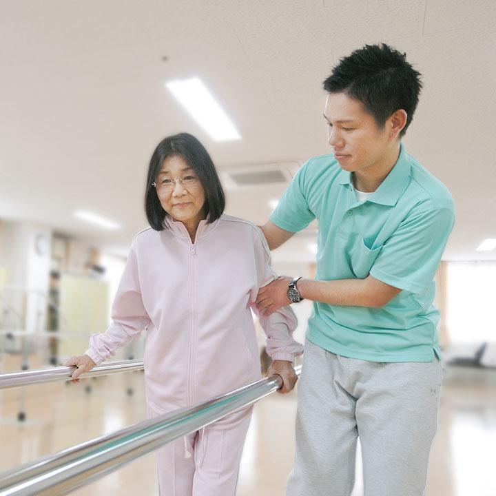 身体機能の回復を援助する理学療法士